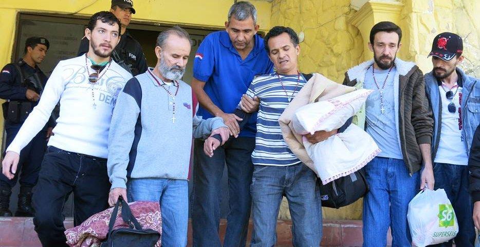 Los cinco huelguistas al salir para sus casas. FOTO: Noelia Ferreira  en el facebook de Qué pasó en Curuguaty