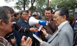 Pobladores y pobladoras de colonia Barbero conversan con el premio Nobel alternativo de la Paz, Martín Almada.