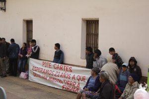 FOTO: Referentes de la comunidad de Sawhoyamaxa en su vigilia en Asunción (Tierra Viva)