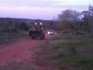 La policía escoltando un tractor sojero